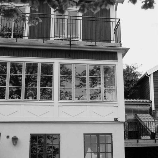 Fiskaren Strangnas fasad i svart vit