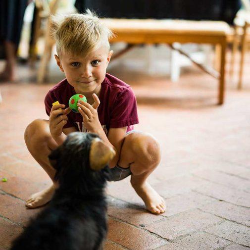 John leker med hunden Billie