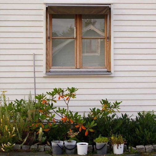 Vastra Akerby fonster lilla vita huset