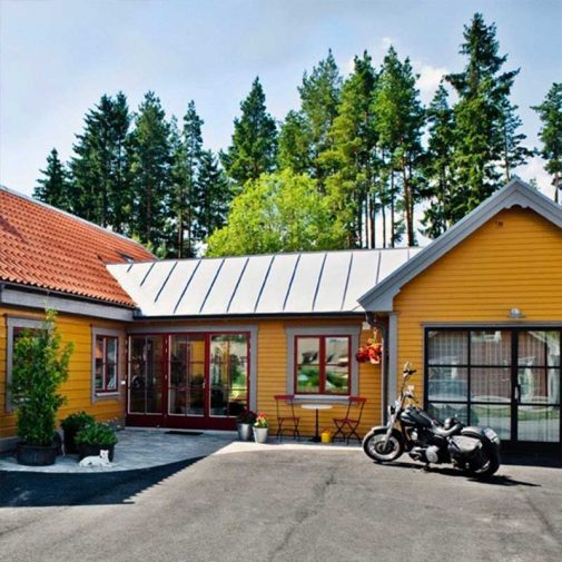 Vastra Akerby gul villa med vagnslider